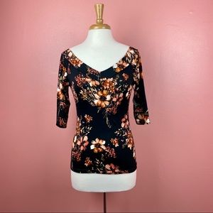 Floral 3/4 sleeve top V neck Size S/M Item…